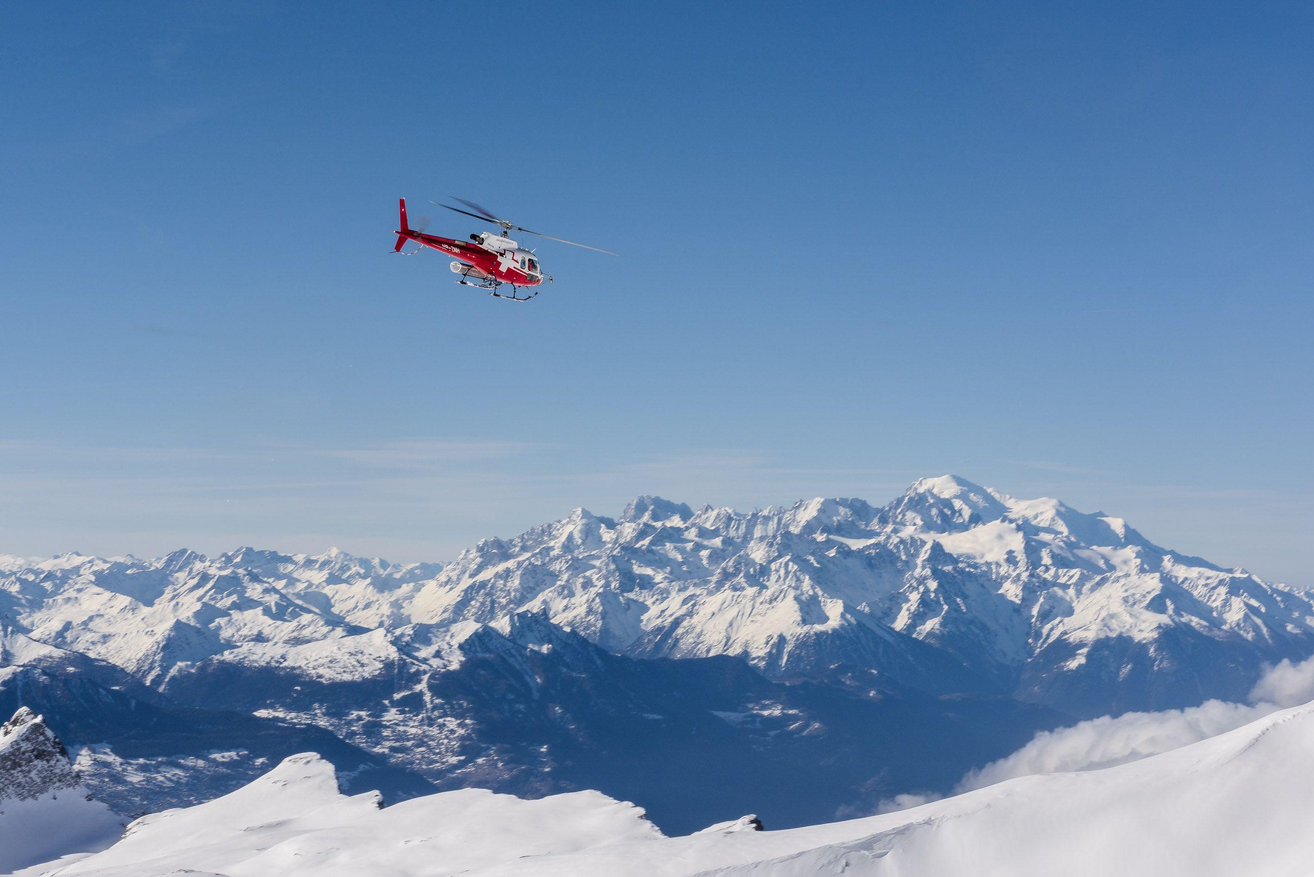 Helikopter-Rundflug-ueber-Alpen